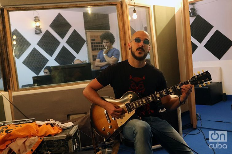 Alejandro Menéndez, director creativo de BandEra Studio, toca la guitarra en este estudio independiente de rock. Foto: Ismario Rodríguez / Archivo.