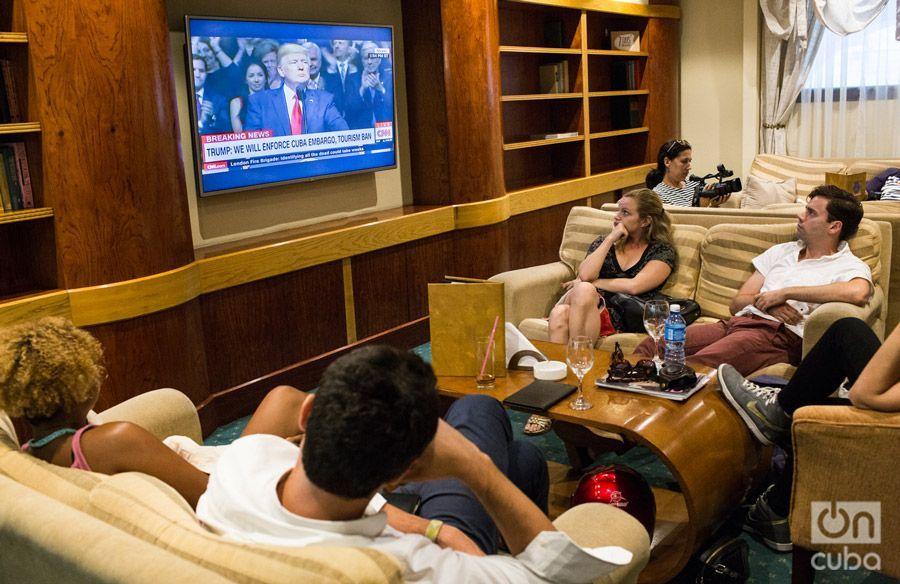 Reunidos en el hotel Paqrue Central en La Habana para ver el discurso de Trump en torno a su nueva política hacia Cuba. Foto: Lisette Poole.