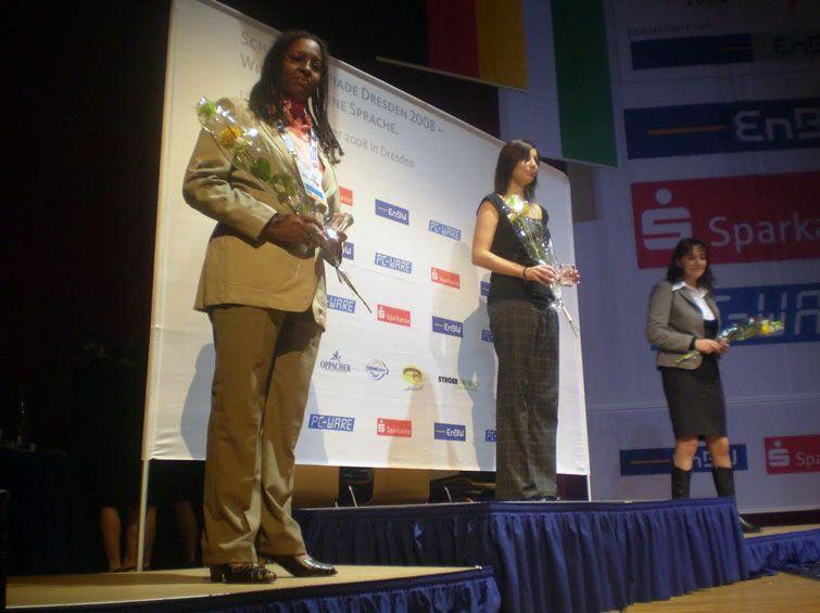 Oleinys Linares en el podio de la Olimpiada Mundial de Ajedrez de Dresden 2008. Foto cortesía de la entrevistada.
