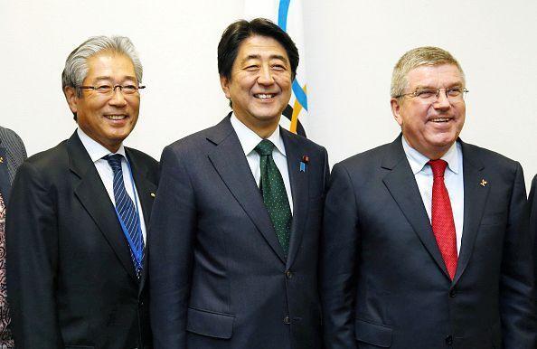 Presidente del Comité Olímpico de Japón, Tsunekazu Takeda, junto al primer ministro Shinzo Abe y el presidente del Comité Olímpico Internacional, Thomas Bach. Foto: The Asahi Shimbun / Getty Images.