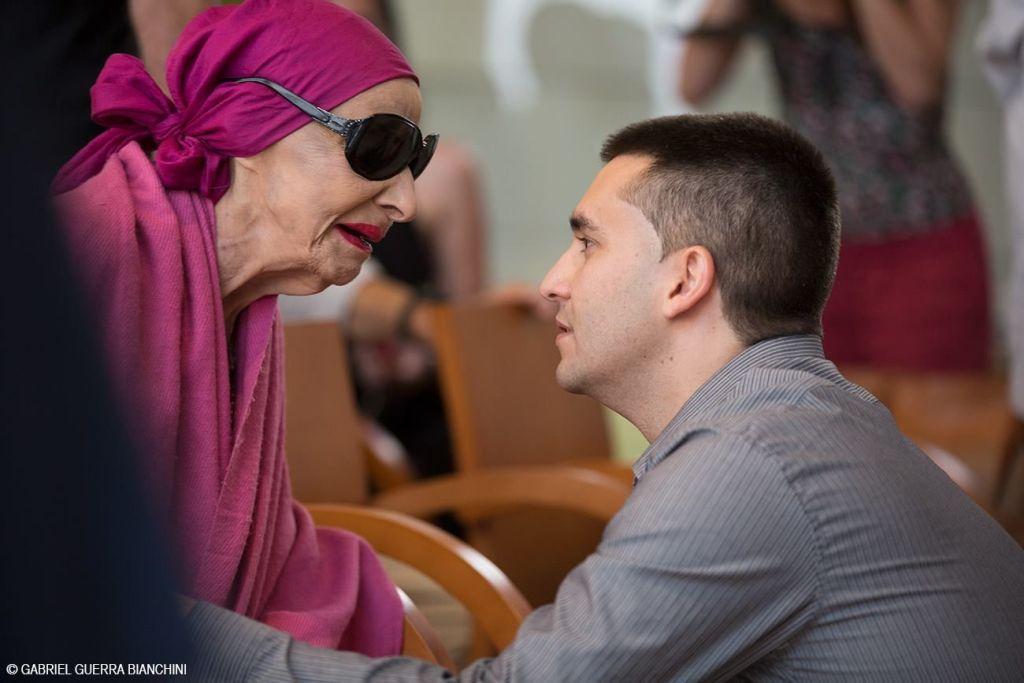 Mario Cremata junto a Alicia Alonso, una de sus entrevistadas. Foto: Gabriel Guerra Bianchini.