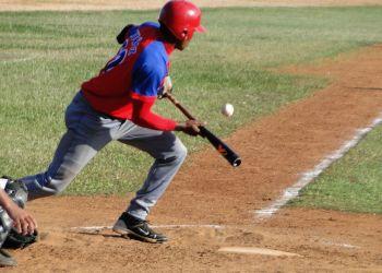 Cada vez se usa menos el toque de bola en MLB, pero en Cuba se recurre demasiado a esta jugada. Foto: Zona de Strike.