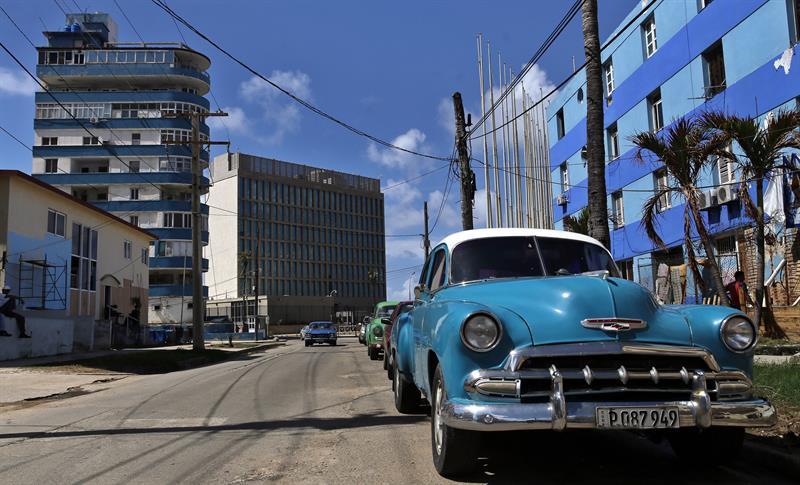 Al fondo, embajada de EEUU en La Habana. Foto: Alejandro Ernesto / EFE.