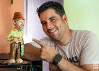 Luis Silva y una estatuilla de Pánfilo. Foto: Claudio Pelaez Sordo.