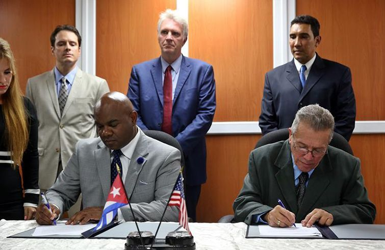 Darrell McNail (izquierda), presidente del Consejo de la Administración del puerto de Cleveland, y José Joaquín Prado, Director General de la Administración Marítima de Cuba, firman un Memorando de Entendimiento entre Cleveland y Cuba. Foto: Alejandro Ernesto / EFE.