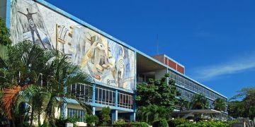 Edificio del rectorado de la Universidad de Oriente, en Santiago de Cuba. Foto: Archivo OnCuba.