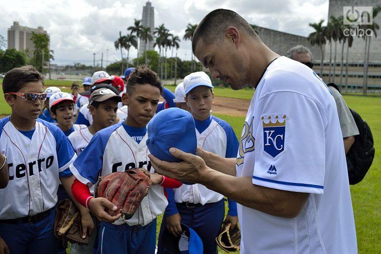 Jeremy Guthrie signs autographs for the children. Photo: Otmaro Rodríguez.