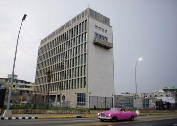 Un auto de renta para turistas pasa frente a la Embajada de EE.UU. En La Habana. Foto: Alexandre Meneghini / Reuters.