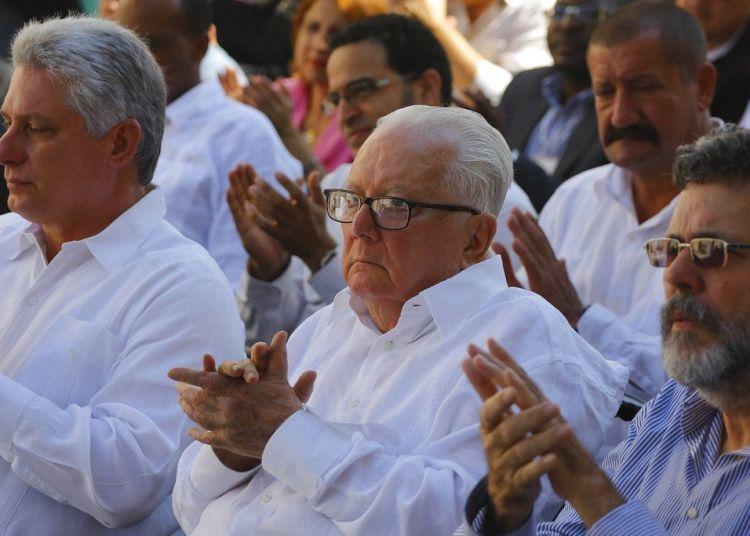 Imagen del 9 de febrero de 2017, donde el intelectual y político cubano Armando Hart Dávalos, centro, acude a la inauguración de la 26ta Feria Internacional del Libro en La Habana. Foto: Desmond Boylan / AP.