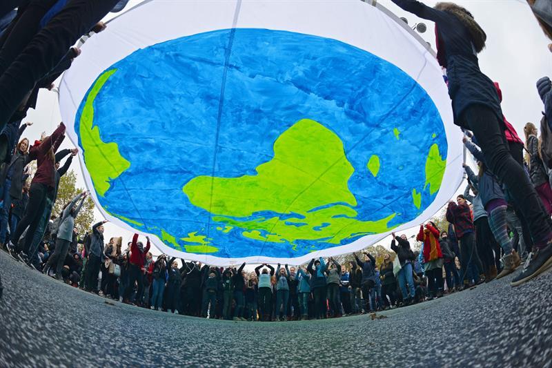 Varios activistas se manifiestan durante la jornada inaugural de la Conferencia sobre el Cambio Climático de la ONU COP23 en Bonn, Alemania hoy, 6 de noviembre de 2017. EFE/ Philipp Guelland