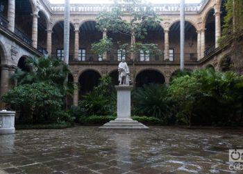 Patio interior del Palacio de los Capitanes Generales con la estatua de Cristóbal Colón, ahora reabierto al público. Foto: Claudio Pelaez Sordo.