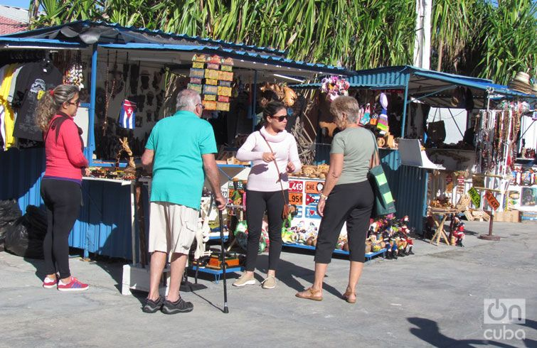 The cruise passengers were able to tour the visited cities and exchange with local craftspeople. Photo: Claudia García.