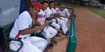 Yadiel Torres (i) en el banco de los Gigantes de Rivas en Nicaragua. Foto: cortesía del entrevistado.