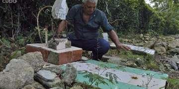 Andrés Castañeda realizó el primer enterramiento en el cementerio para perros de Alamar. Foto: Otmaro Rodríguez.