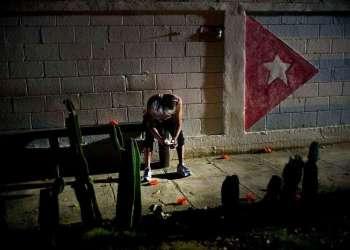 En esta imagen, tomada el 14 de abril de 2018, un cubano conecta su celular a red pública de internet en La Habana. Foto: Ramón Espinosa / AP / Archivo.