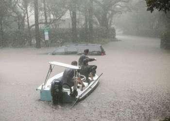 Voluntarios y oficiales de la patrulla de seguridad ayudan en los rescates en el vecindario de River Oaks después de inundarse con el huracán Harvey. Foto: Scott Olson / Getty Images.