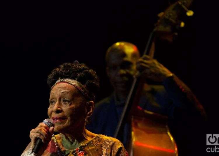 Omara Portuondo canta con Haydée; al fondo, el maestro Jorge Reyes. Foto: Claudio Pelaez Sordo.