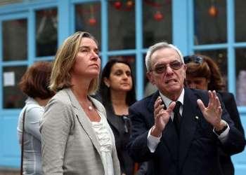 La jefa de la diplomacia de la Unión Europea, Federica Mogherini, realiza un recorrido por el centro histórico de La Habana acompañada por el historiador de la ciudad, Eusebio Leal. Foto: Alejandro Ernesto / EFE.