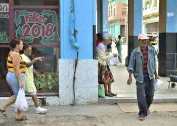 Carteles alegóricos al fin de año en una céntrica calle de La Habana. Foto: Otmaro Rodríguez.