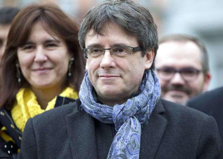 El destituido líder catalán Carles Puigdemont posa el pasado 12 de enero junto a legisladores electos de su partido Juntos por Cataluña en un parque de Bruselas. Foto: Virginia Mayo / AP.