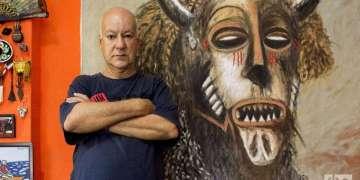 "Rafael Zarza. Al fondo su obra ""Mascara de Tshokwe"". Foto: Otmaro Rodríguez."