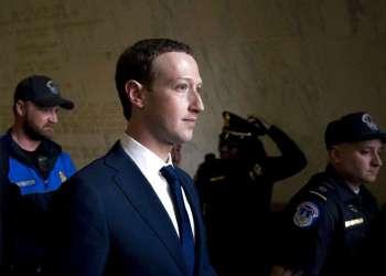 El director general de Facebook, Mark Zuckerberg, el 11 de abril de 2018, sale tras declarar ante el comité de Energía y Comercio de la Cámara de Representantes, en el Capitolio, en Washington, sobre privacidad y el uso de datos por parte de Facebook para dirigir publicidad a los votantes en las elecciones de EEUU de 2016. Foto: Andrew Harnik / AP.