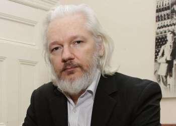 Julian Assange en la embajada ecuatoriana en Londres. Foto: Frank Augstein / AP / Archivo.