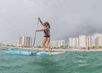 Victoria Burgess practicando el Stand Up Paddleboarding en Florida, EE.UU. Foto: supworldmag.com