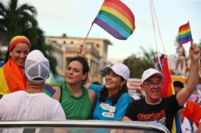 La directora del Centro Nacional de Educación Sexual (Cenesex), Mariela Castro y la actriz chilena Daniela Vega encabezaron la Conga Cubana Contra la Homofobia ayer sábado, en La Habana. Foto: Alejandro Ernesto/EFE.