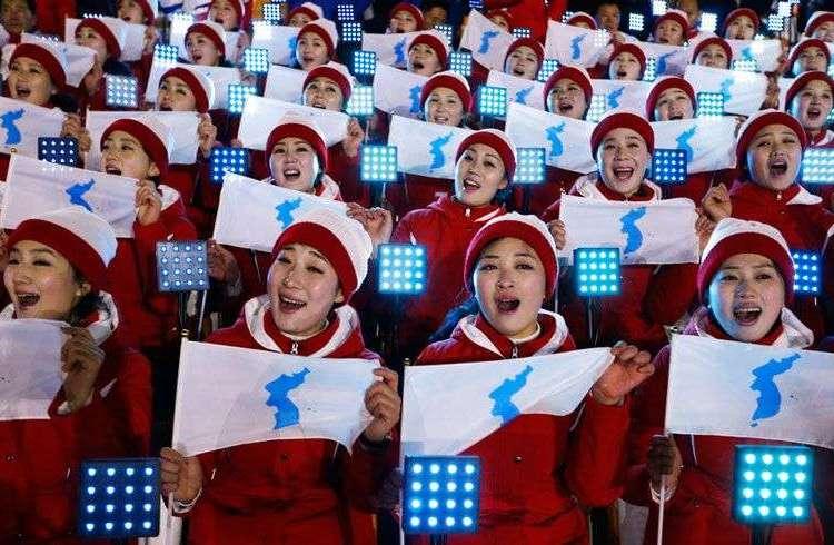 Integrantes de la delegación norcoreana portan banderas del equipo coreano unido en los Juegos Olímpicos de Invierno en Pyeongchang, Corea del Sur. Foto: Natacha Pisarenko / AP.