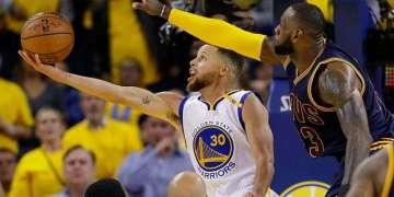 Stephen Curry (izq) y LeBron James (der) chocarán por cuarta final consecutiva en la NBA. Foto: Marcio José Sánchez / AP.