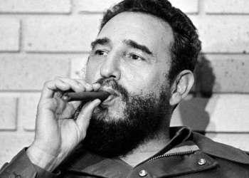 Fidel Castro, entonces primer ministro de Cuba, fuma durante su reunión con dos senadores estadounidenses, los primeros en visitar la Cuba después de 1959. La foto fue tomada en La Habana, Cuba, el 29 de septiembre de 1974. Foto: AP.