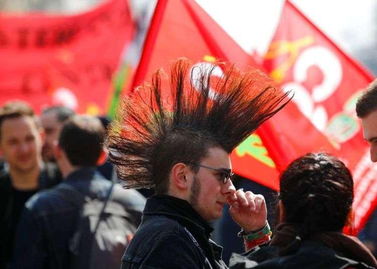 Estudiantes y trabajadores ferroviarios marchan en una protesta en París el viernes, 13 de abril. Foto: Francois Mori / AP.