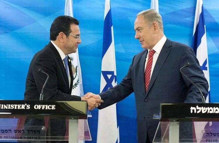 El presidente de Guatemala Jimmy Morales (i) saluda al primer ministro de Israel Benjamín Netanyahu. Foto: EFE.