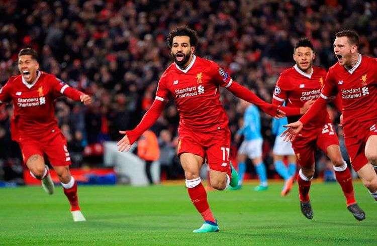 El Liverpool celebra el primero de sus tres goles en casa frente al Manchester City, que despejaron prácticamente su camino hacia las semifinales de la Champions. Foto: Peter Byrne / PA vía AP.