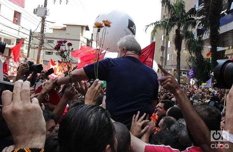 Luis Inacio Lula Da Silva llevado en hombros por sus seguidores en São Bernardo do Campo, horas antes de entregarse. Foto: Nicolás Cabrera.