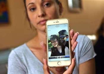 Maylín Díaz Almaguer muestra una foto de su hermana Maylén, de 19 años, sobreviviente del desastre aéreo, el 20 de mayo de 2018 en el hospital Calixto Carcía de La Habana. Foto: Alejandro Ernesto / EFE.