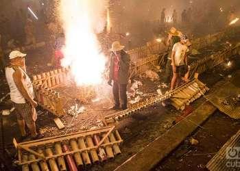 Los fuegos artificiales son protagonistas cada año de las Parrandas de Remedios. Foto: Yariel Valdés.