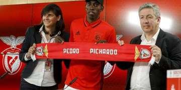 El triplista cubano Pedro Pablo Pichardo (centro) al fichar por el club portugués Benfica en abril de 2017. Foto: @InformGlorious / Twitter.