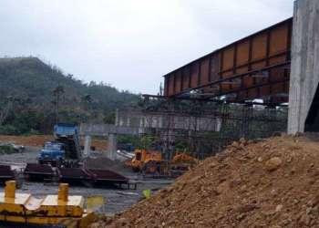 Trabajos en el puente sobre el río Toa, en el oriente cubano, en enero de 2018. Foto: Jorge Luis Merencio / Granma.