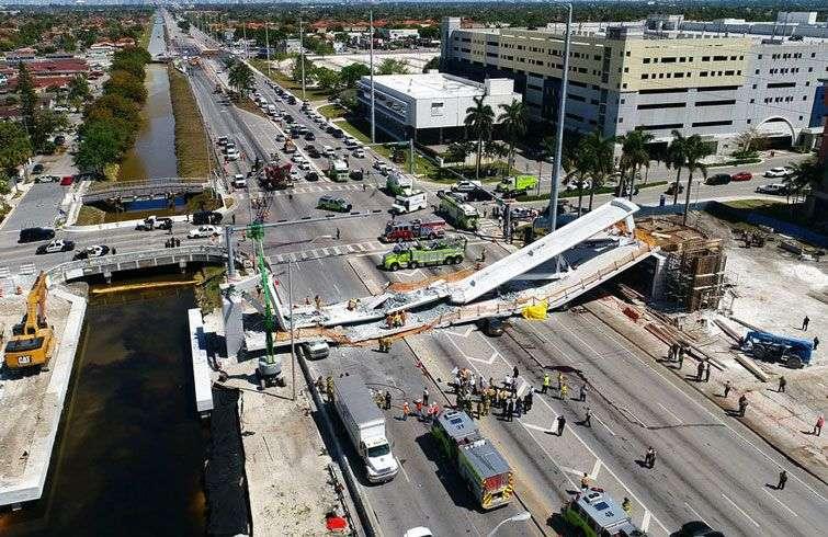 El puente peatonal que colapsó est jueves 15 de marzo de 2018, en la Universidad Internacional de Florida, estaba siendo sometido a una prueba de estrés. Foto: DroneBase vía AP.
