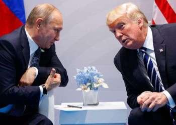 Fotografía de archivo de los presidentes de Estados Unidos Donald Trump (derecha) y Rusia Vladimir Putin en la cumbre del G20 en Hamburgo, Alemania, en 2017. Foto: Evan Vucci / AP.