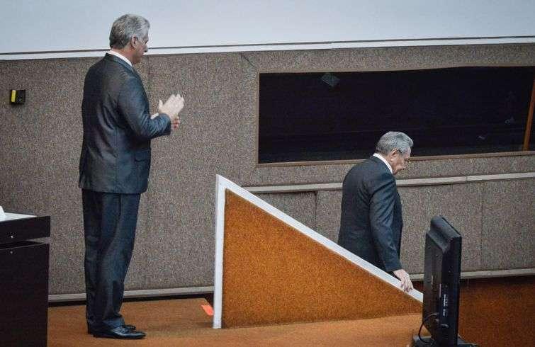 Raúl Castro abandona el estrado de la Asamblea Nacional aplaudido por el nuevo presidente cubano, Miguel Díaz-Canel. Foto: Adalberto Roque / Pool / EFE.