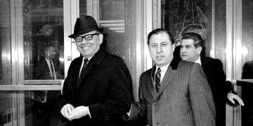 Santo Trafficante Jr. (i) y su abogado Frank Raggano (centro). Foto: New York Daily News / Getty Images.