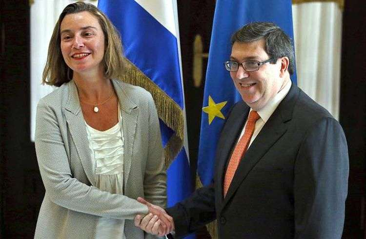 La jefa de la diplomacia de la Unión Europea, Federica Mogherini, junto el canciller cubano, Bruno Rodríguez, este jueves en La Habana. Foto: Alejandro Ernesto / EFE.