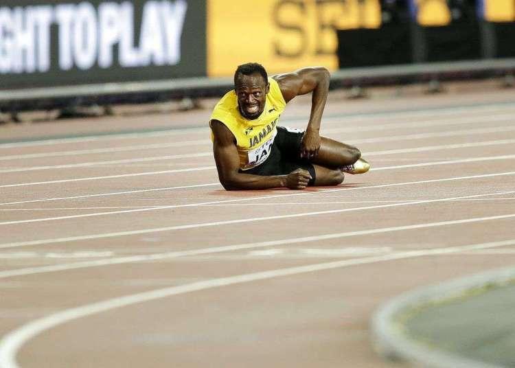 En esta foto del 12 de agosto de 2017, el velocista jamaiquino Usain Bolt aparece tirado en el suelo tras lesionarse en la final de los 4x100 metros en el Mundial de Atletismo en Londres. Foto: Tim Ireland / AP.