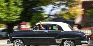 Un taxi con licencia privada usa la mano para avisar a clientes potenciales que dará una vuelta a la derecha en La Habana. Foto: Desmond Boylan / AP / Archivo.