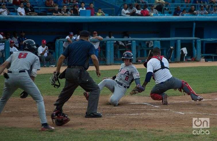 Tope Cuba-Estados Unidos de béisbol en el estadio Latinoamericano de La Habana. Foto: Otmaro Rodríguez.