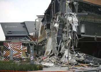El centro comercial Artz Pedregal luce parcialmente colapsado en el sur de la Ciudad de México el jueves 12 de julio de 2018. Foto: Anthony Vázquez / AP.