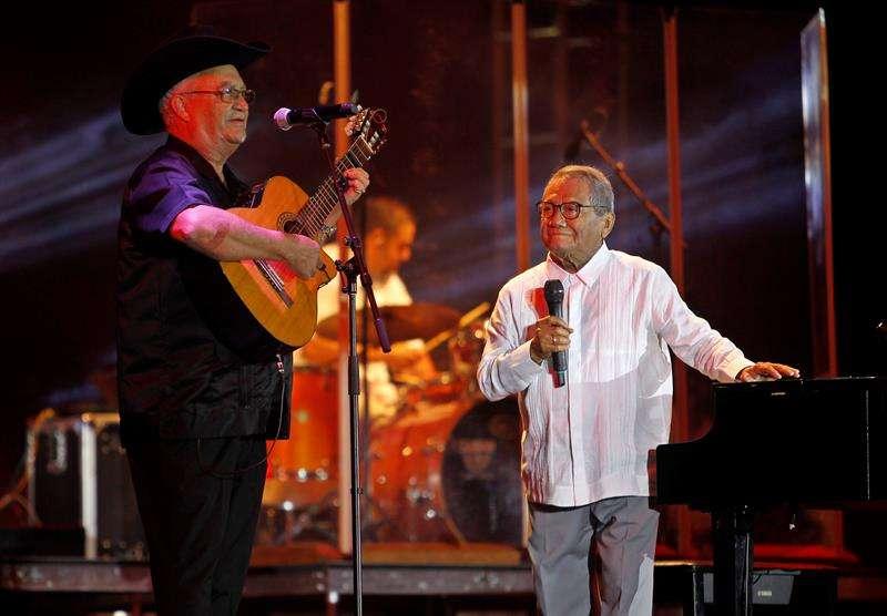 """Eliades Ochoa lo acompañó con su guitarra para entonar """"El ciego"""". Foto: Yander Zamora / EFE."""